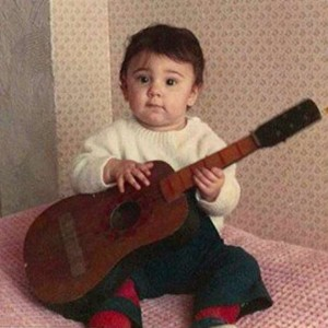 "Belen Rodriguez su Facebook, posta la foto da bambina: ""E' identica a Santiago"""