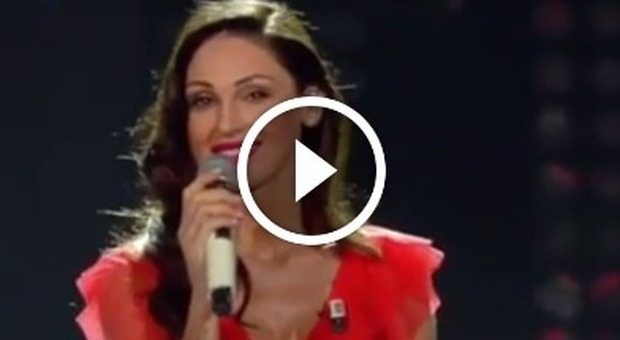 """Anna Tatangelo canta 'Il cielo in una stanza'. I fan: """"Sei strepitosa"""""""